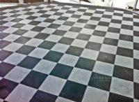 Pavimento alternato in marmo bianco e bardiglio posato a scacchiera