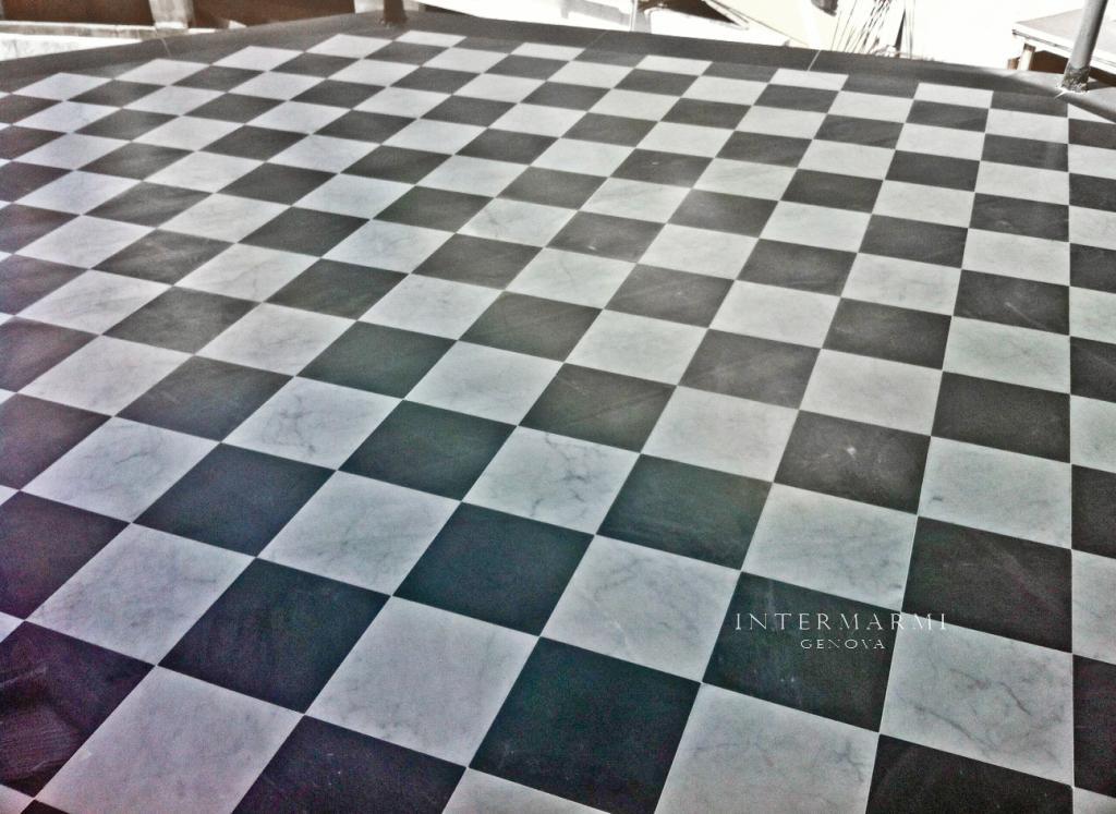 Pavimento alternato in marmo bianco e bardiglio posato a for Pavimento bianco e nero