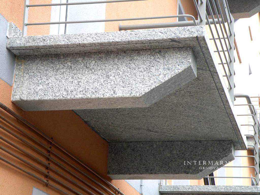 Bellisimo terrazzo in serizzo , realizzazione provincia di Savona